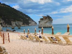 Baia dei Faraglioni: private Strand