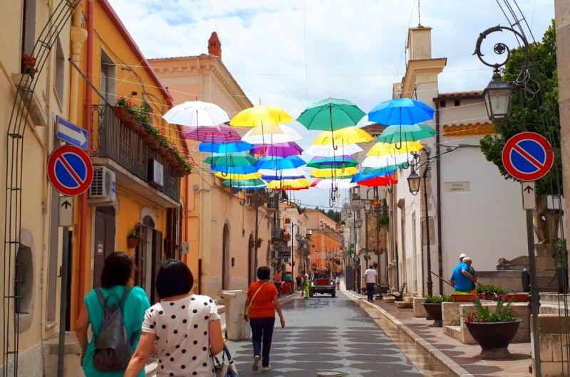 Reise in der Daunia (Apulien): Blumenpracht in Candela