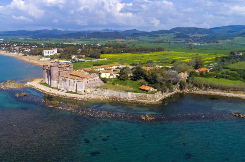Santa Severa, ein Schloss, in dem sich das Meer verliebt hat