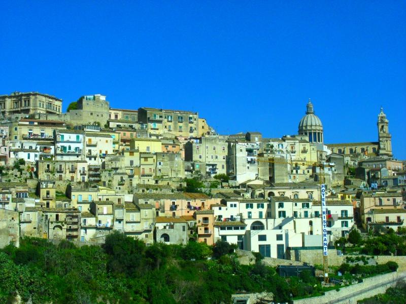 Sizilien: Ragusa, die Stadt,die von der barocken Kathedrale gekrönt wird