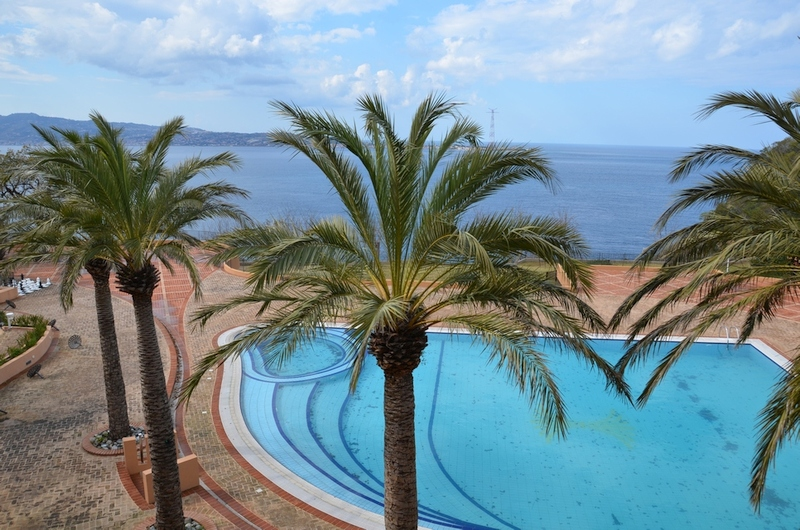 Die veilchenblaue Nuance des Wohlgefühls im Resort Altafiumara